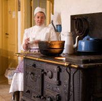 Kokkepigen tager sig en kaffepause i herregårdens køkken
