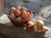 En god æggekage kræver mange æg og nogle runder stribet, saltet flæsk