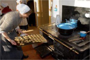 Småkagerne sættes i brændekomfuret
