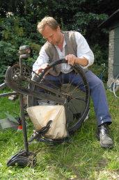 Harald reparerer de brugte cykler, som han fik meget billigt hos en produkthandler
