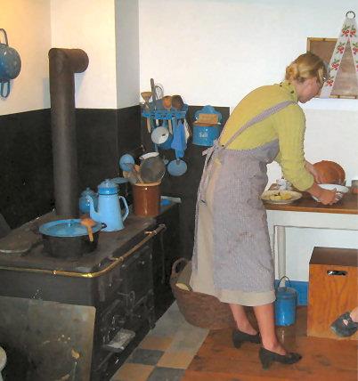 Edith i sit lille køkken