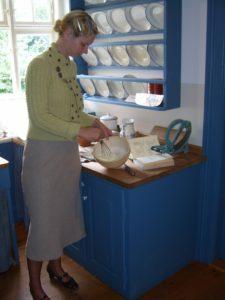 Edith pisker lidt fløde til sin spinatsuppe. De får normalt ikke fløde, men hun havde lidt til overs fra Pinsedagene.