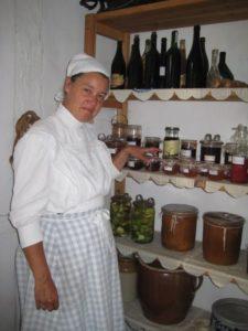 Kokkepigen i spisekammeret ved hylden med syltetøj og marmelader