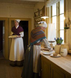 Kulden er ved at komme til køkkenet med efteråret. Så pigerne har sjaler på