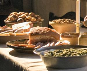 Et fbryllupsbord skal bugne af saltemad, sigtebrød, ferske supper og stegte høns.