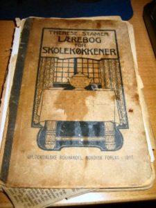 Lærebog for Skolekøkkener fra 1907 - et godt slidt eksemplar