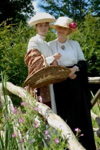 Fruen og fruens søster i haven